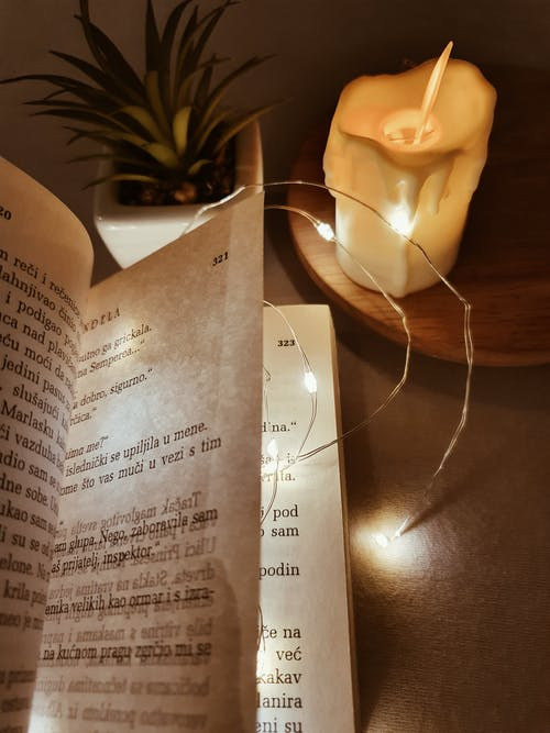 Buku Puisi Di Atas Meja Kayu
