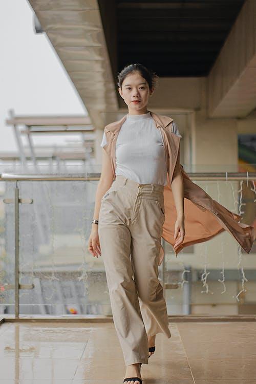 Foto De Mujer Vestida Con Top Blanco Y Pantalón Beige