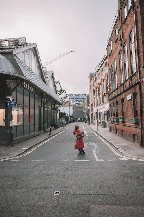 Foto d'estoc gratuïta de a l'aire lliure, arquitectura, asfalt, botigues