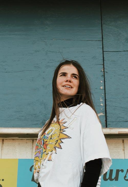 açık hava, aşındırmak, beyaz tişört, dar açılı çekim içeren Ücretsiz stok fotoğraf