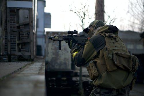 Hombre Con Chaqueta De Camuflaje Sosteniendo Un Rifle