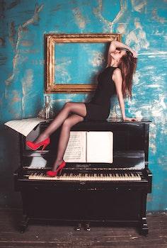 Kostenloses Stock Foto zu person, frau, model, klavier