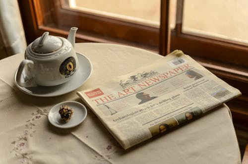 Kostenloses Stock Foto zu drinnen, frühstück, kaffee, papier