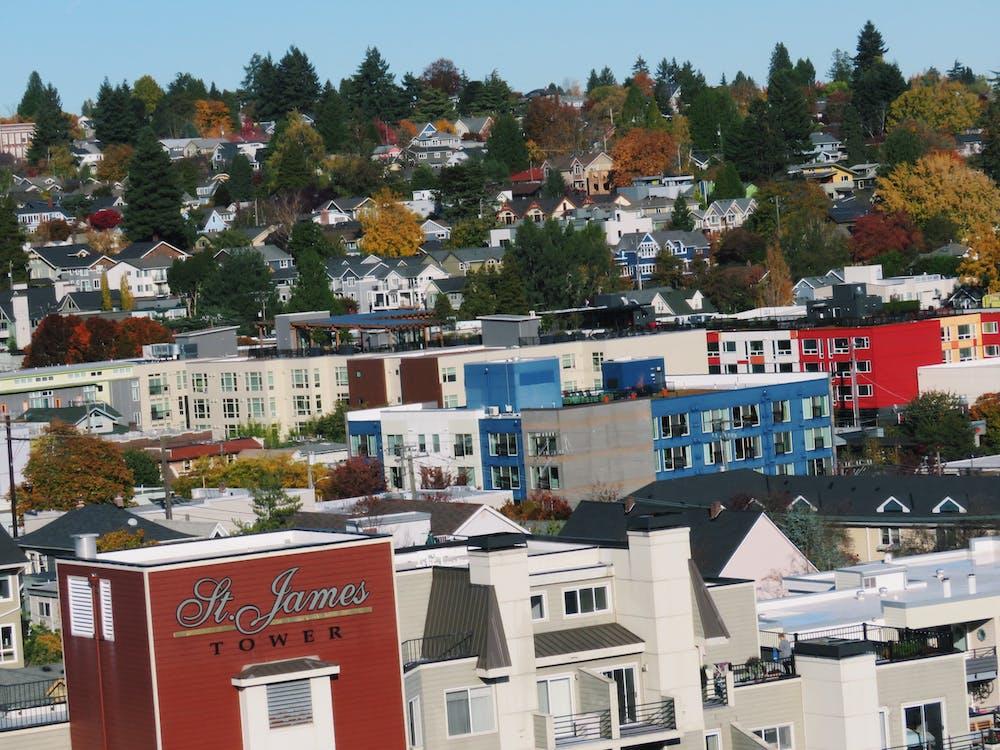 Безкоштовне стокове фото на тему «treeline, барвистий, будівлі»