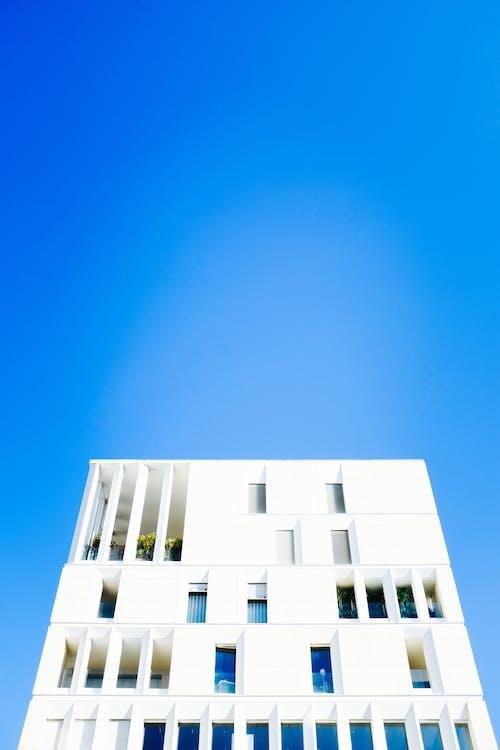 Ingyenes stockfotó alacsony szögű felvétel, alacsony szögű fényképezés, bérház, építészet témában