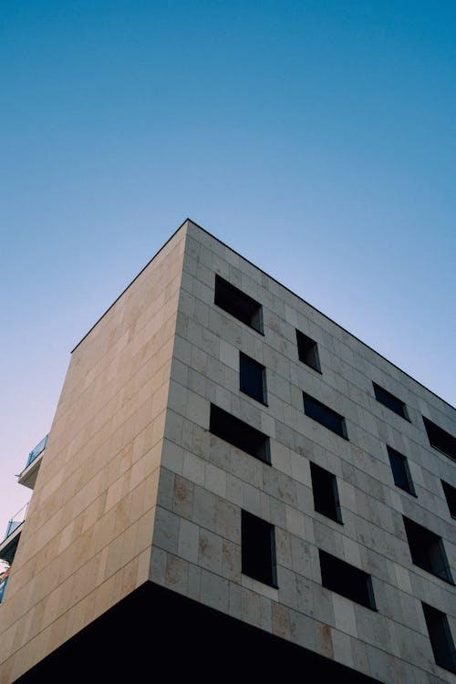 Edificio In Cemento Marrone Sotto Il Cielo Blu