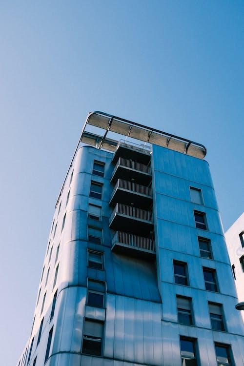 Niedrigwinkelfotografie Des Blauen Und Weißen Betongebäudes