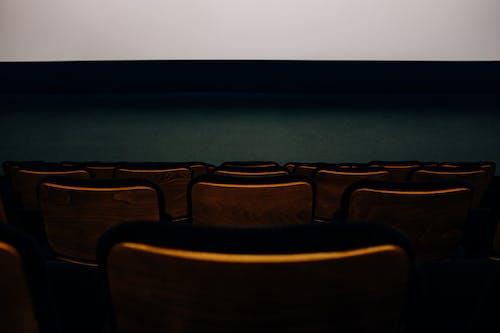 Darmowe zdjęcie z galerii z audytorium, ciemny, dom filmowy, ekran