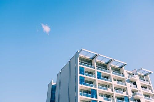 Бесплатное стоковое фото с архитектура, Архитектурное проектирование, высокий, голубое небо
