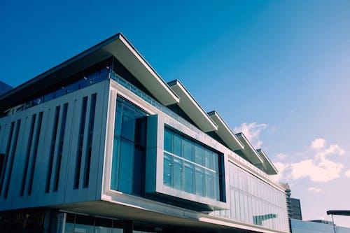 Gebäude Unter Blauem Himmel