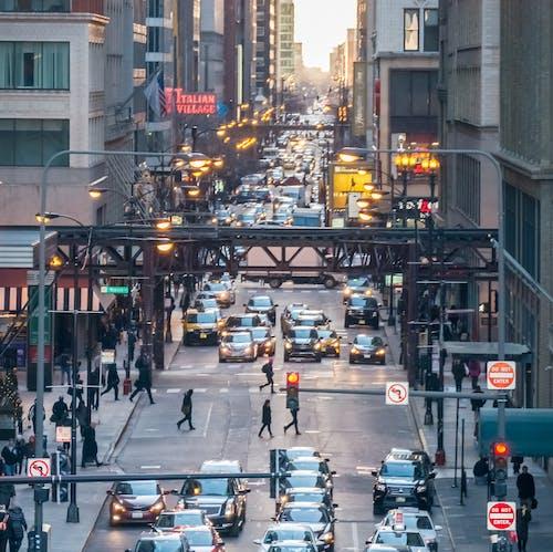 Бесплатное стоковое фото с автомобили, дорожное движение, здание, легкий