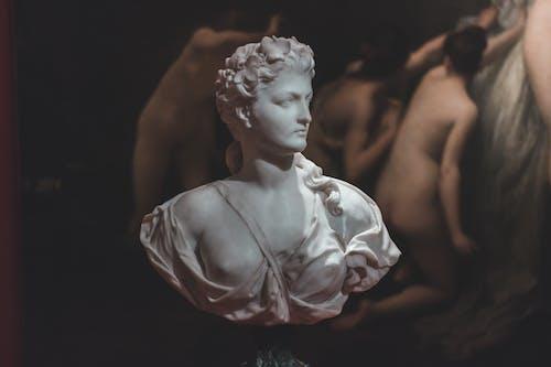 白いドレスの像の女性
