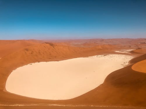 Sabbia Marrone Sotto Il Cielo Blu