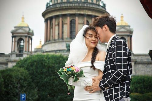 Бесплатное стоковое фото с Азиатская пара, бальное платье, белое платье, брак
