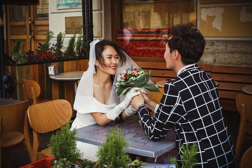 Ingyenes stockfotó asztal, ázsiai pár, belső, boldog témában