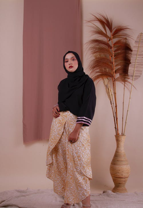 Vrouw In Zwarte Hijab En Bruine Jurk