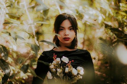 Fotobanka sbezplatnými fotkami na tému Ážijčanka, bruneta, červený rúž, kvetinová kytica