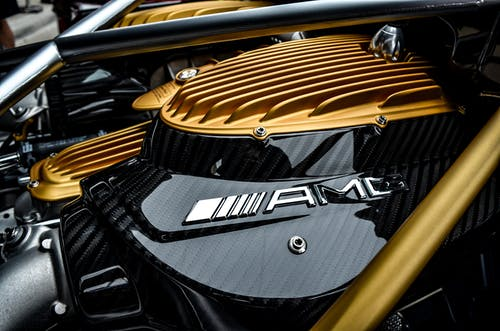 黄色和黑色汽车发动机