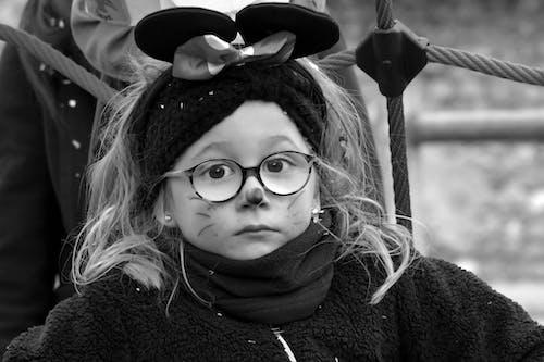 çocuk, fare kostüm, gözlük, karnaval içeren Ücretsiz stok fotoğraf