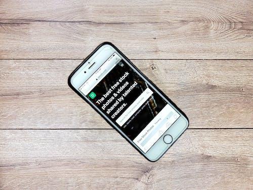 Smartphone Moderne Avec écran Tactile Sur Table En Bois