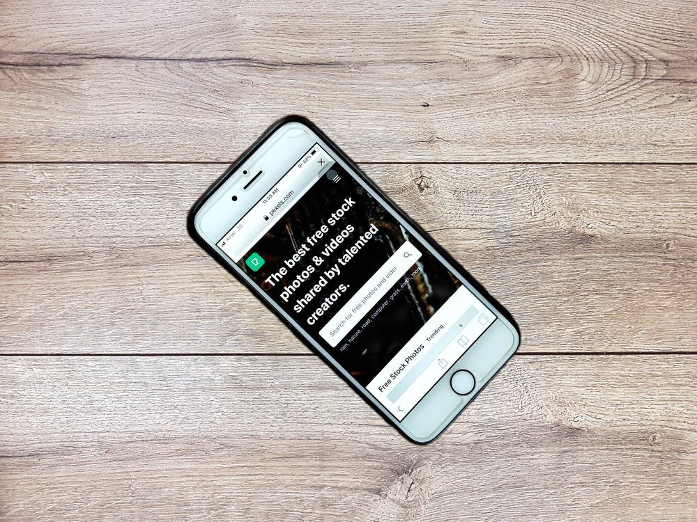 https://www.pexels.com/de-de/foto/modernes-smartphone-mit-touchscreen-auf-holztisch-3721646/