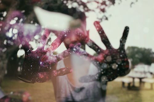 คลังภาพถ่ายฟรี ของ กาแล็กซี, พร่ามัว, มือ, แสงจ้า