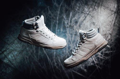 傷のある暗い背景に白い半靴