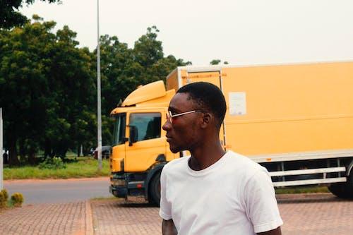 Безкоштовне стокове фото на тему «Африка, Африканський, біла сорочка, вантажівка»
