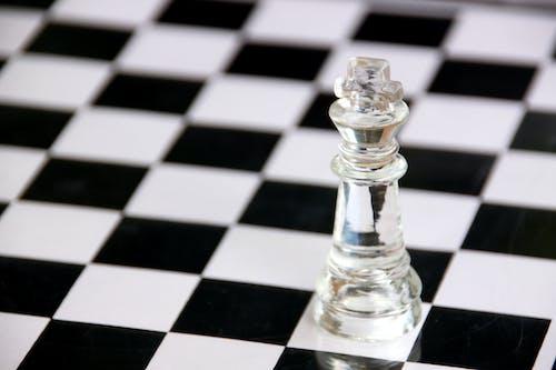 Siyah Beyaz Kareli Masada şeffaf Cam Satranç Parçası