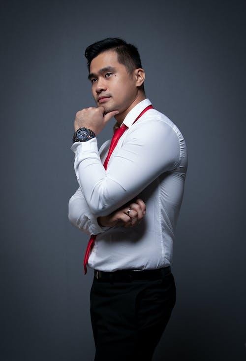 Mężczyzna W Białej Koszuli Z Długim Rękawem I Czarnych Spodniach