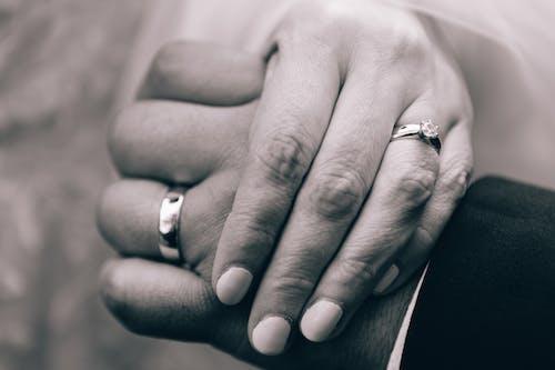 Kostnadsfri bild av Brud och brudgum, diamantring, händer
