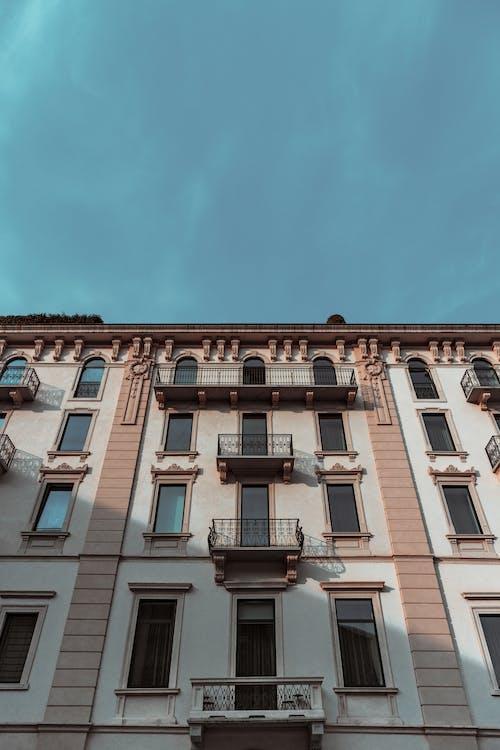 Kostenloses Stock Foto zu architektur, aufnahme von unten, fassade, fenster