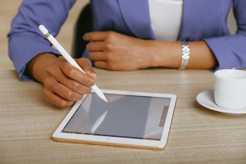 Ingyenes stockfotó afro-amerikai nő, asztal, beltéri, digitális tábla témában