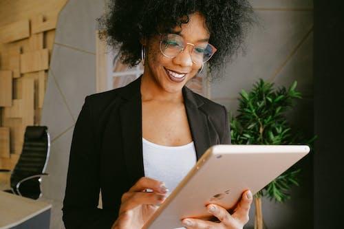 Ilmainen kuvapankkikuva tunnisteilla afroamerikkalaiset naiset, henkilö, hymyily, ipad