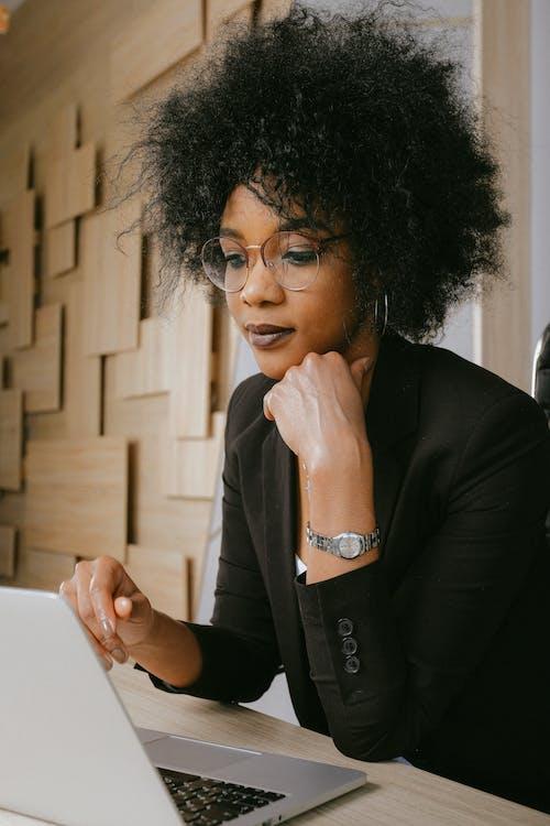Ilmainen kuvapankkikuva tunnisteilla afro, afroamerikkalaiset naiset, henkilö, kannettava tietokone