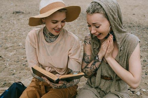 Základová fotografie zdarma na téma čtení, kniha, nadšení, pláž