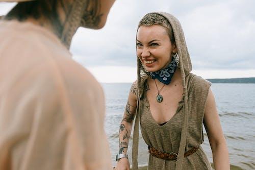 女人微笑的照片
