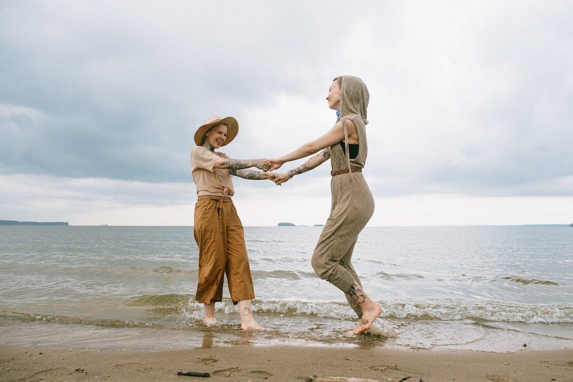 Foto De Mujeres De Pie En La Playa
