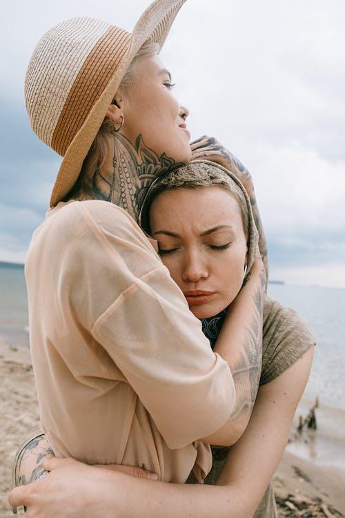 Foto d'estoc gratuïta de a l'aire lliure, abraçada, abraçant