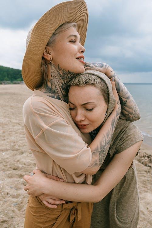 Foto profissional grátis de abraçando, abraço, alegre, alegria