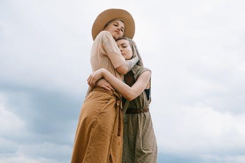 Foto profissional grátis de abraçando, abraço, amor, ao ar livre