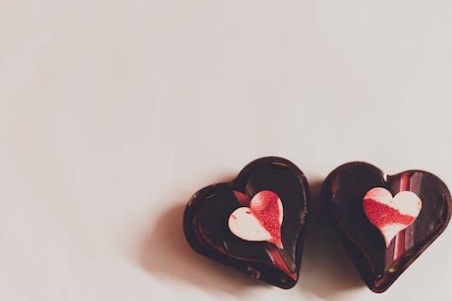 Caramelos De Chocolate En Mesa Blanca