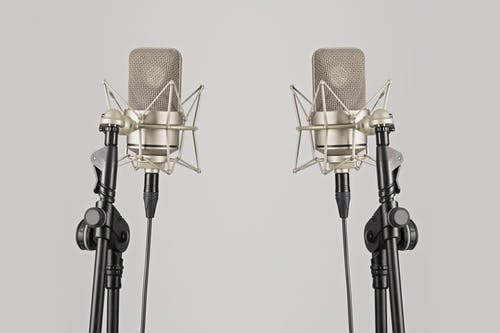 Gratis arkivbilde med hvit bakgrunn, kondensatormikrofon, mikrofon, mikrofoner