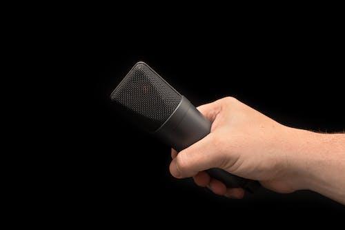 Gratis arkivbilde med hånd, holde, lyd, mikrofon