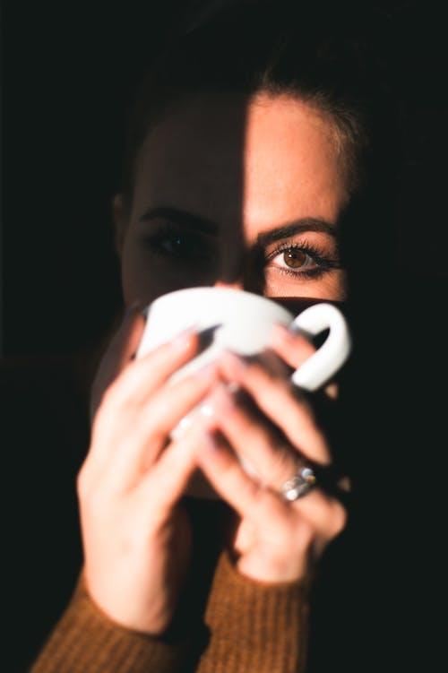 Immagine gratuita di adulto, alla ricerca, bevendo, caffè