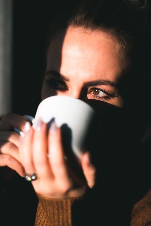 Immagine gratuita di caffè, donna, luce del sole, mani
