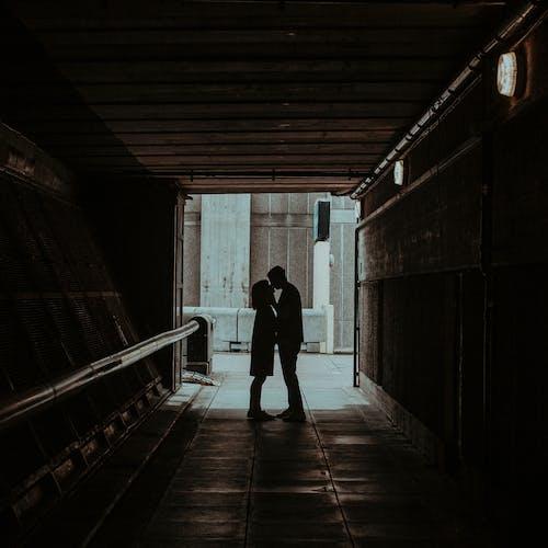 Gratis lagerfoto af elskere, entre, folk kysser, forelsket