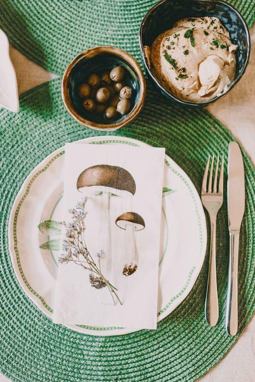 Roestvrijstalen Vork En Broodmes Naast Witte Keramische Plaat