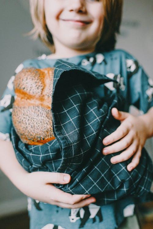 Základová fotografie zdarma na téma challah, chlapec, chleba, dítě