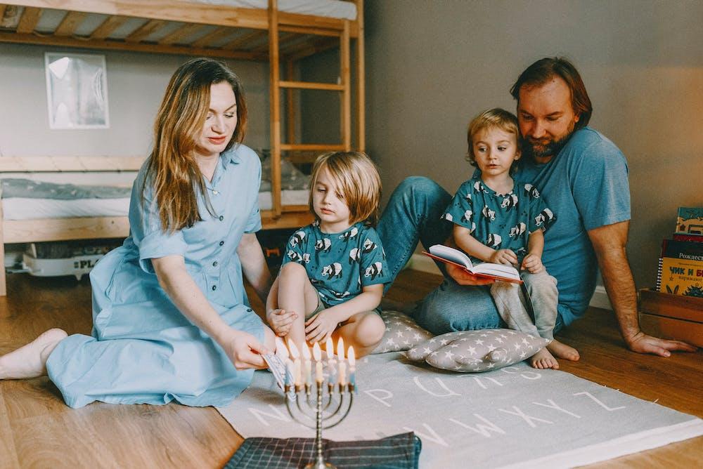 Family having fun in a bedroom. | Photo: Pexels